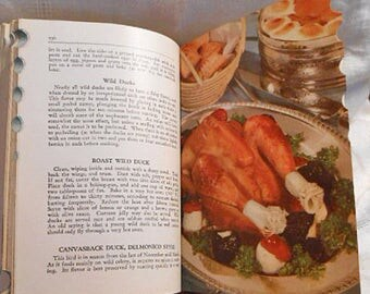 1940 AMERICAN WOMAN's COOKBOOK Classic Kitchen Recipes Meat Veggies Food Facts & Buying Menus Preserves Cooking 4 2 Settings New Bride Gift