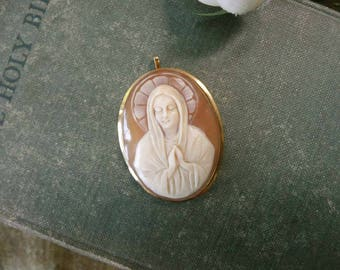 Beautiful Vintage Carved Shell Virgin Mary/Madonna Cameo Pendant In 18K Yellow Gold