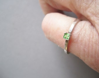 Tsavorite Garnet Ring ./. Green Stone Ring ./. Bague Pierre Vert ./. Ring Minimalist ./. Square Wire Ring ./. Greenery ./. Made in Sweden