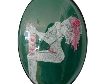 cadre reliquaire bombé vintage linogravure inspiration érotique imprimé sur cuir à l'encre à l'huile et rebrodée , Françoise
