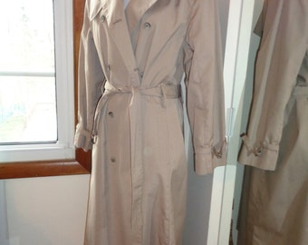 Vintage Size 16R London Fog Classic Trench Coat, Union Made in the USA, in Very Good Condition, A great timeless classic wardrobe piece