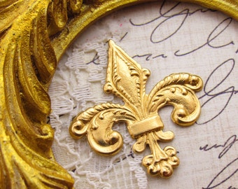 French Chic Ornate Fleur de Lis Raw Brass Stamping Jewelry Finding Embellishment - 2