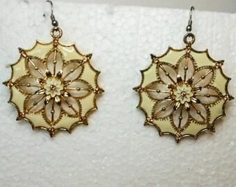 Vintage Gold & White Enameled Flower Earrings       Pierced earrings   Gold Tone