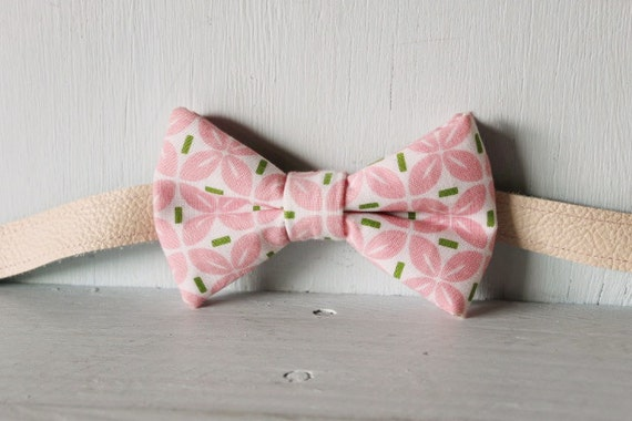 Bow tie unisex >> Pink, green, white patterned bow, leather strap, buckle >> Brisbane
