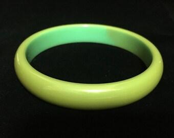 Vintage Green Bakelite Bangle (ABX1H)
