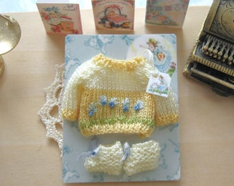 dollhouse baby doll knitted jumper and booties set 12th scale miniature Rainbowminiatures