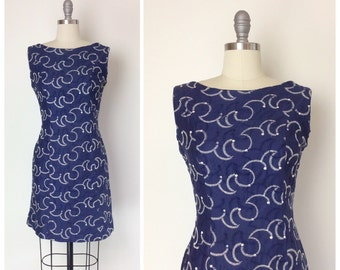 50s Blue & White Embroidered Wiggle Dress / 1950s Vintage Hourglass Cotton Dress / Medium / Size 6