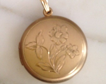 1950's Yellow Gold Filled Round Photos Pendent Keepsake Etched Locket Necklace