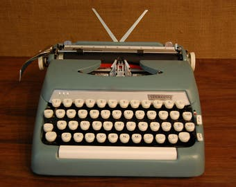 Vintage Sterling Smith Corona Portable Typewriter in excellent cosmetic and working condition, great vintage blue-green color, original key