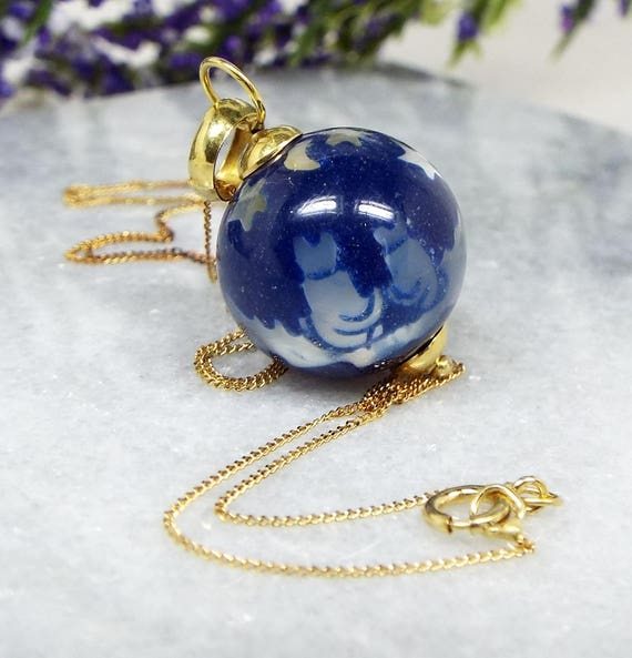 Vintage 18ct Gold Stunning Cats Looking at the Night Sky Ball Pendant Necklace