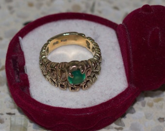 9 ct solid gold ring with a green semi-precious stone in an attractive meshed design