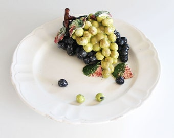Naturalistic trompe d'oeil, ceramic centerpiece from Manises (Spain) - Casa Pupo. Plate with grapes. Mid century vintage 40s.