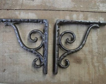 A pair of small cast iron antique style simple scroll brackets AL25