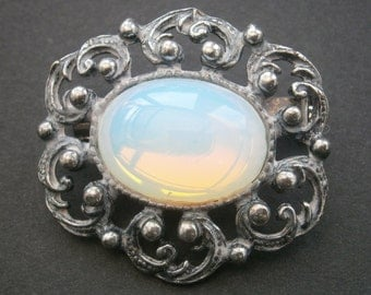 D18) A lovely vintage silver tone metal filigree art nouveau style opalite glass brooch pin