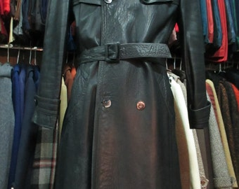 Trench uomo in pelle nera anni 70.Doppiopetto e cintura.Tg48/Fantastic 70s black leather mens coat/Doublebreasted with belt/Back slit/Size M