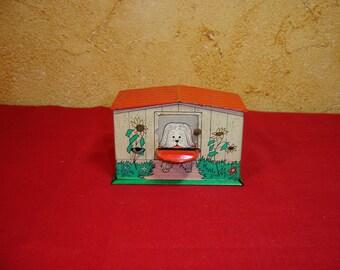 Tirelire mecanique en tole niche à chien. Piggy bank. Tin toy. Vintage. France