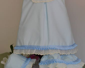 Blue girl dress honey pique,white embroidered and blue pleated grosgrain,lined in batiste,with two buttons in the back. Handmade. Bebesitos.