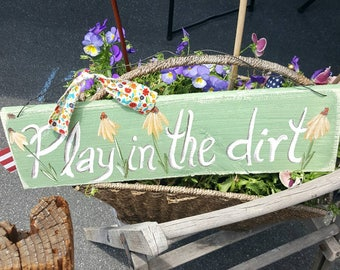 wood sign,outdoor wood sign,gardening signs,hand painted sign,cottage garden decor,gardener gift,daisies,play in the dirt,customized gift