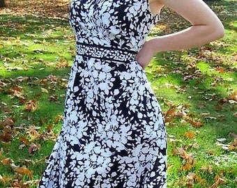 Vintage Ladies Black and White Floral Print Dress by Croft & Barrow Size 12 Only 12 USD