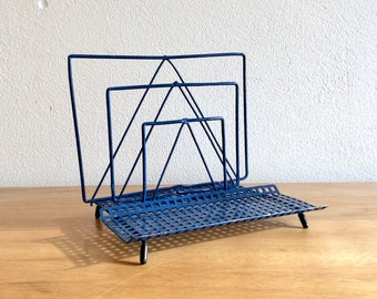 Mid-century blue metal wire letter holder, mail rack or mail organizer. Rétro porte-lettre bleu. Vintage Briefe-Halter.