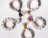 bracelet de coton avec pompon de coton et soie + petite breloque en laiton