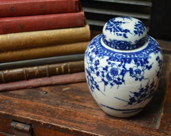 Chinese lidded jar Miniature Chinese tea caddy Blue and White porcelain I Ship Internationally