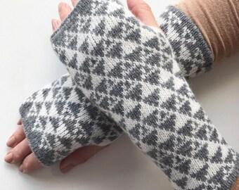 ladies fingerless gloves, ladies Lambswool wrist warmers, knitted fingerless mittens, grey lambswool mitts, knitted lambswool wrist warmers