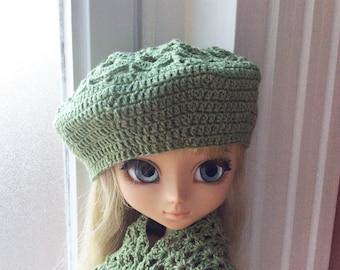 Crocheted beret in green wool-linen, for Pullip doll