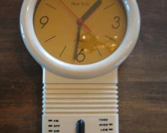 Clock radio wall brand quartz Mem Tech from the 50s/60s pendulum.