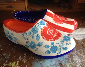 Joas and Dayna received a souvenir from Holland for their wedding, wooden shoes painted with the USA flag, Dutch blue flowers