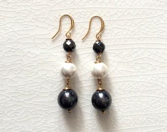 Black and white pearl earrings, long drop shellpearl earrings, elegant black and white earrings, black&white pearl earrings, gold earrings