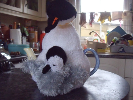 Penguin and chick tea cosy to fit a 6 cup tea pot.