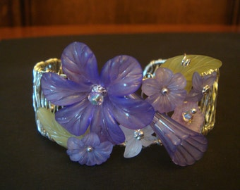 Wire bangle bracelet with lucite flowers