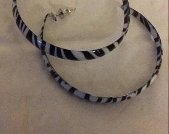 hoop earrings black and white color in pierced