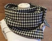 Foulard motifs pieds de poule blanc et noir en lainage.