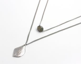 Collier / Chaine double avec pendentif et bille en pyrite