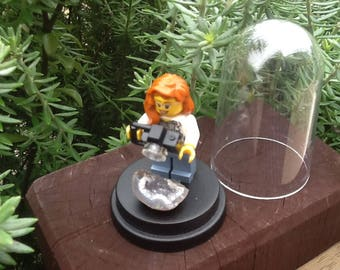 Mini LEGO figure in 6cm Dome, taking a photo of a piece of thunder egg, genuine LEGO pieces/reconstructed by me - Unique