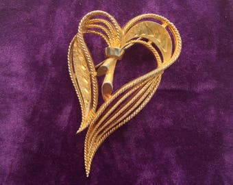 A vintage gilt metal gracefully designed heart shaped Brooch/Pin