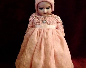 VERKAUFT   Elegante, handgefertigte, Custom Designed Antike Puppe Kleid ~ zierliche Fräulein