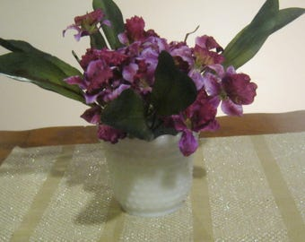 small beautiful table or bathroom arrangements, and Hotel/Office/Pixel ID: 1947121065518659