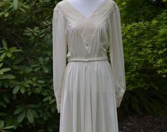 Vintage 1960's-1970's White V-neck summer dress with lace and pearl buttons size small-Medium
