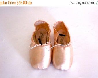 Spring SALE 25% Vintage 70s Capezio Toe Shoes Ballet Point Slippers Ballerina NEW Old Stock Dance en Pointe Light Pastel Pink Satin Chausson