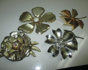 VINTAGE COSTUME JEWELRY   / 4 Big brooches