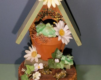 Vtg Frog Garden Wood Home Woodland Decoration Rustic Painted Green Froggy House Silk Daisy Flower Indoor Country Spring Gardening Springtime