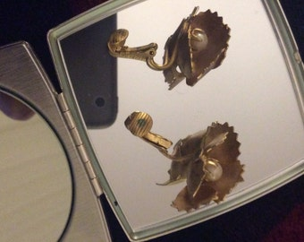 Lisner clipon earrings Goldtone 50s leaves center pearl