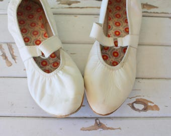 1980s WHITE LEATHER Flats...size 7.5 women...shoes. folk. ballet. librarian. wedding flats. retro. mod. indie. hippie. boho. mary janes