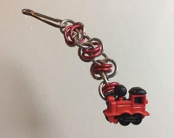 Chainmaille zipper pull with train engine button