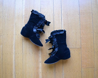 Victorian carriage boots . antique black velvet boots . 5.5 6