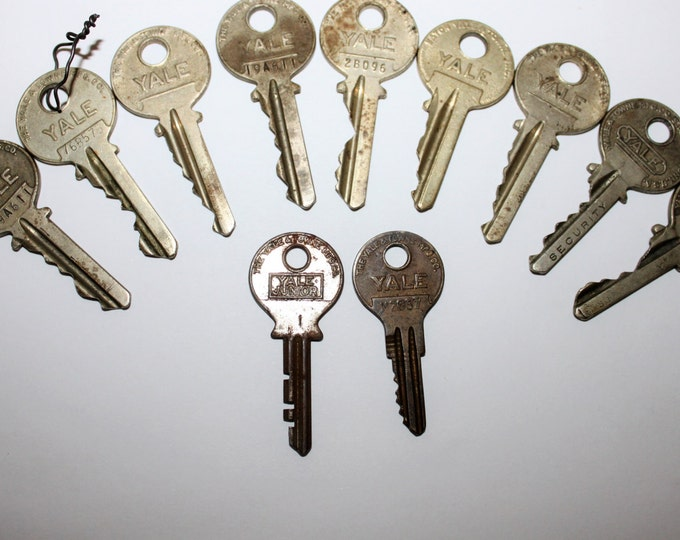 Lot of 11 Old Vintage Antique Retro Mid-Century Modern Steampunk Jewelry YALE Keys