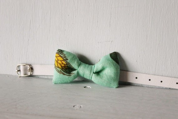 Bow tie cat collar >> Small dog bow tie >> Yellow and mint floral bow tie, white leather strap and silver buckle >> Pet gift